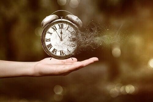 Mano-sujetando-un-reloj-que-desaparece