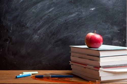 Manzana-encima-de-unos-libros