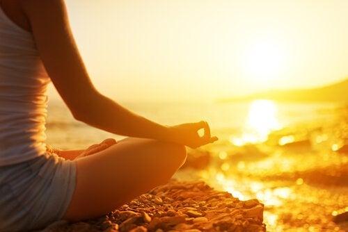 Mujer-en-posición-de-loto-meditando