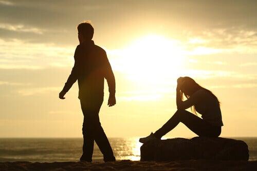 Mujer-sentada-con-las-manos-en-la-cabeza-sintiendo-celos-por-su-pareja