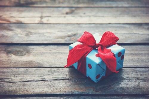 cadeau sur une table