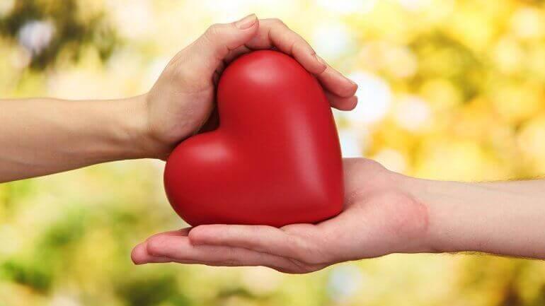 coeur entre deux mains