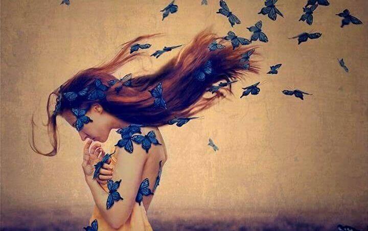 femme avec des papillons bleus