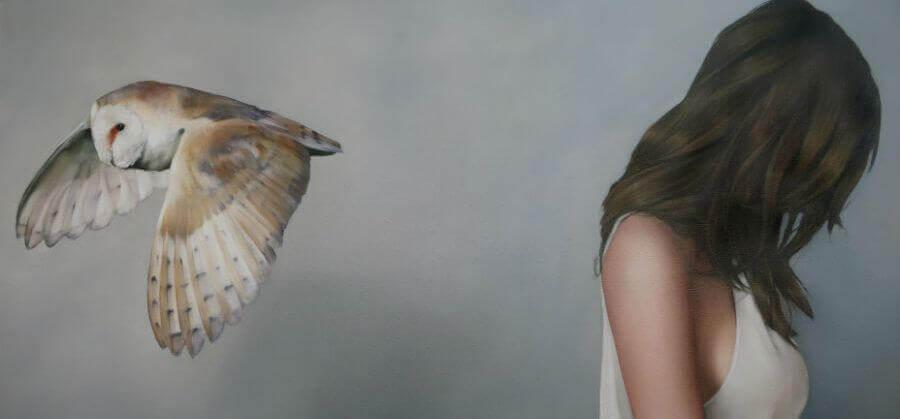 femme avec un hiboux