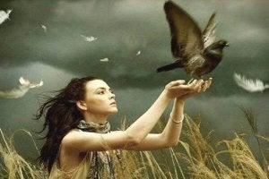 femme avec un oiseau dans les mains