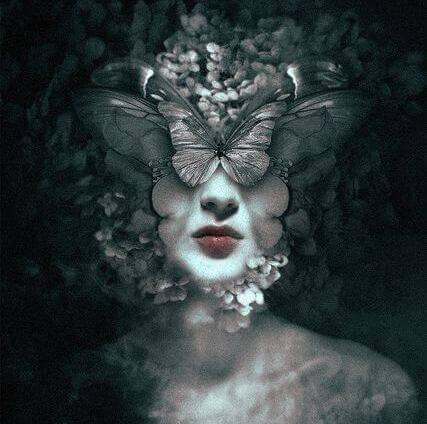 femme avec un visage papillon