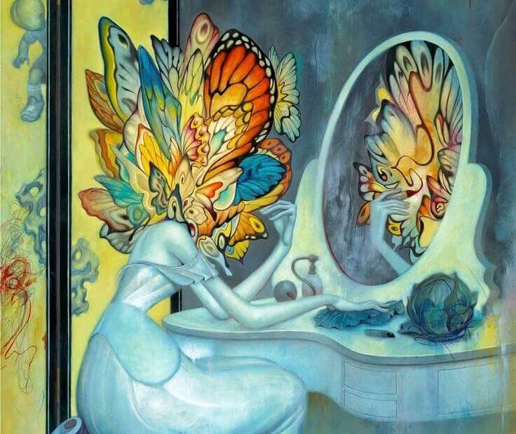 femme avec une tete de papillon