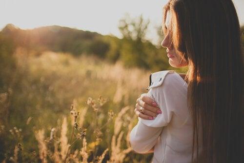 femme dans un champs