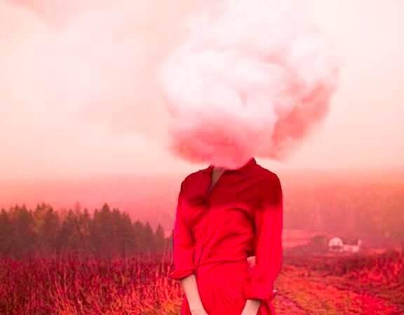 femme en rouge avec un nuage sur le visage