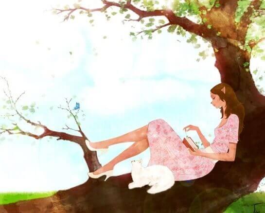 femme lisant un livre dans un arbre