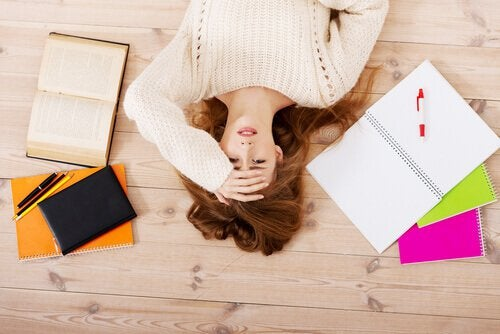 femme stressee devant ses cahiers