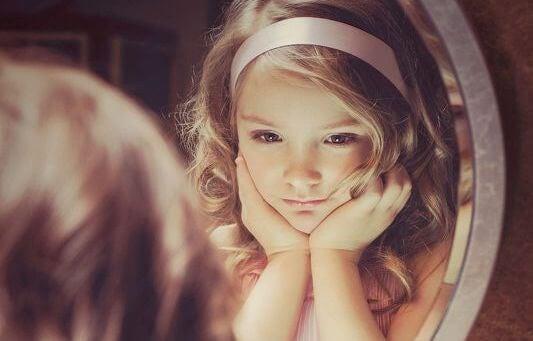fille se regardan dans le miroir