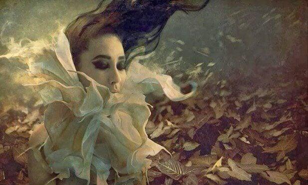 jeune fille avec une fleur autour du cou