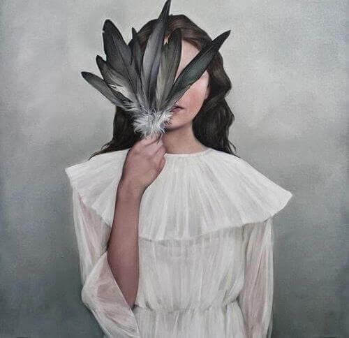 jeune qui se cache le visage avec une plume