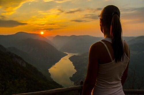 mujer-observando-horizonte