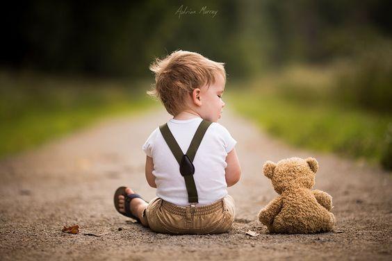 petit garcon avec son ours en peluche