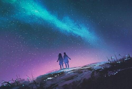 Couple-se-promenant-le-soir