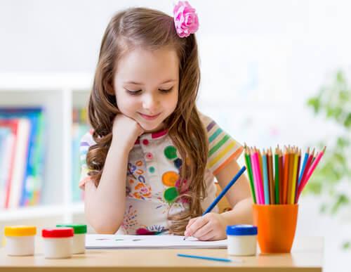 Enfant-coloriant-un-mandala