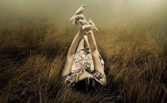 Femme-allongee-avec-oiseaux-dans-la-main