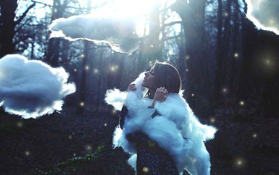 Femme-entouree-de-nuages