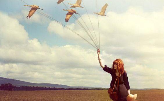 Femme-et-cerf-volant-en-forme-d'oiseaux