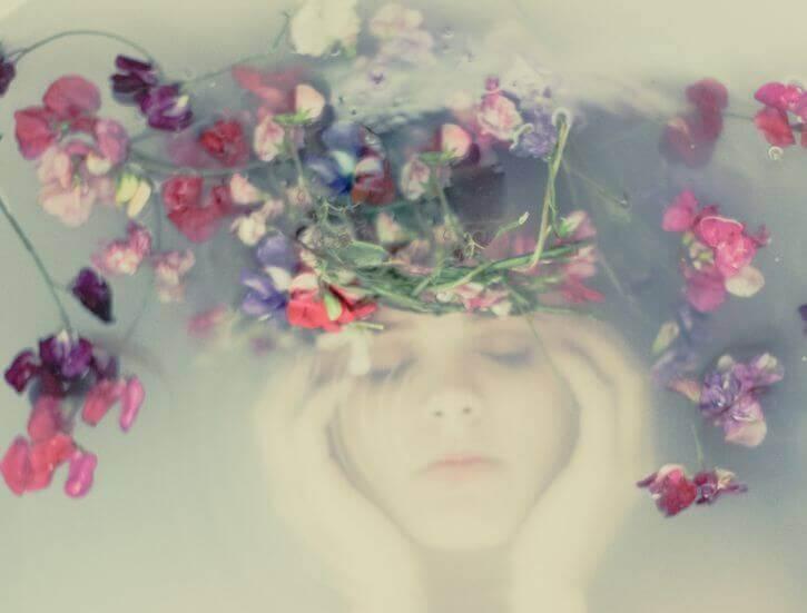 Femme-sous-l'eau-avec-couronne-de-fleurs