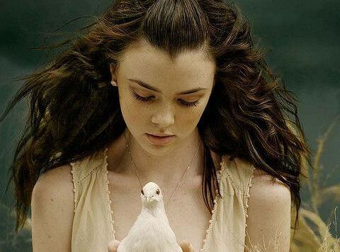 Fille-avec-colombe-dans-les-mains