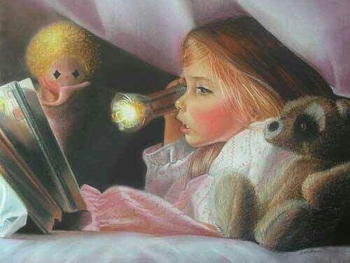 Belle Fille Lisant Un Livre Dans Le Lit Photo stock