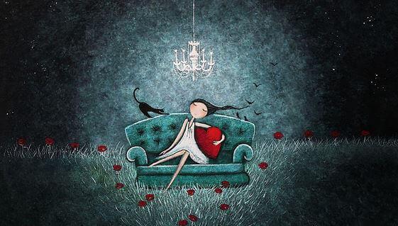 Fille-sur-sofa-avec-coeur