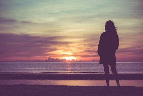 Mujer-mirando-el-horizonte