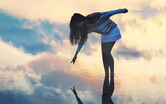 chica-señalando-sobre-el-agua