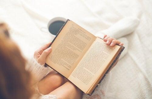 femme en train de lire un livre