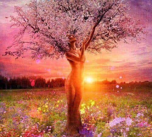Ses feuilles tombent, mais l'arbre reste debout