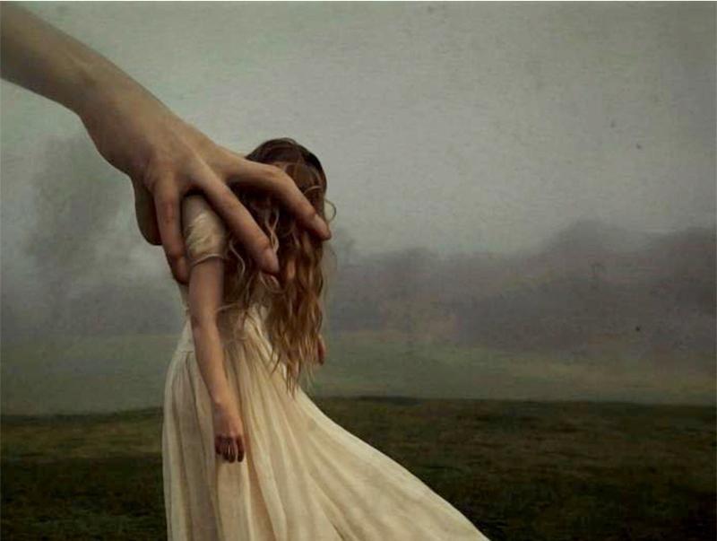 main sur une femme