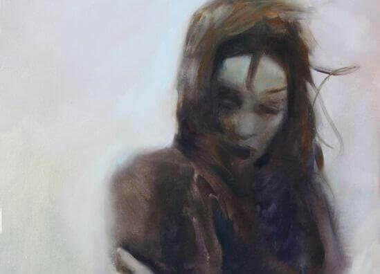 mujer-con-los-brazos-cruzados-y-cabello-al-aire