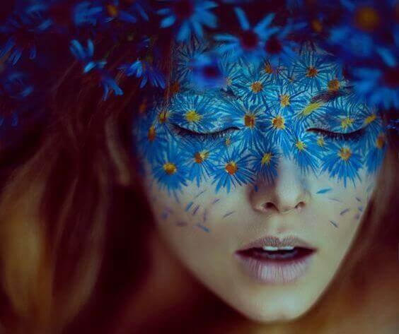 mujer-con-máscara-de-flores-azules