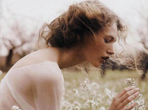 mujer-entre-flores-blancas