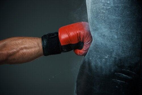 Brazo-de-hombre-golpeando-un-saco-de-boxeo