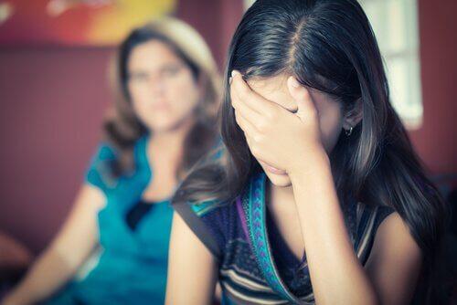 Chica-adolescente-con-la-mano-en-la-cabeza-sintiendose-rechazada-por-su-madre