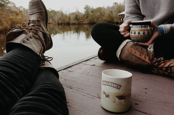 Couple-prenant-un-café