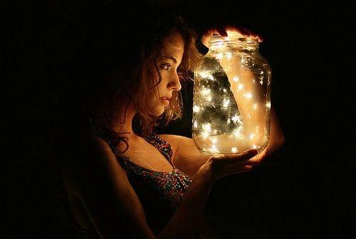 Femme-et-lanterne-avec-lucioles