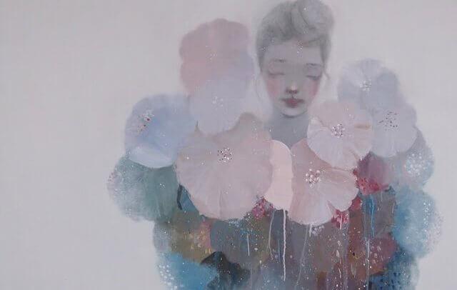 Femme-fond-gris-entouree-de-fleurs