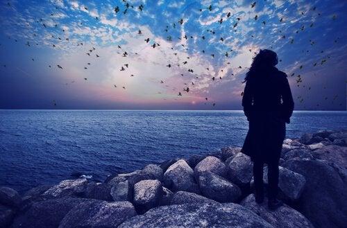 Femme-observant-la-mer-soir