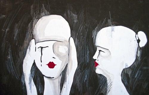 Femme-se-bouchant-les-oreilles-pendant-qu'une-autre-la-regarde