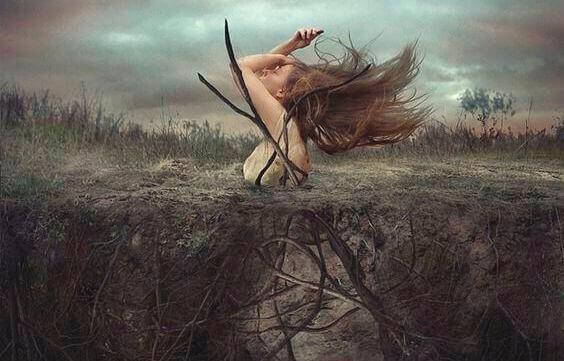 Femme-sortant-de-la-terre