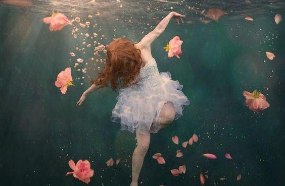 Femme-sous-l'eau-avec-roses
