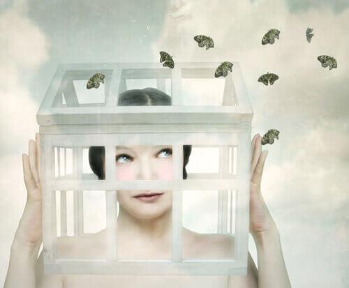 Mujer-con-la-cabeza-encerrada-en-una-jaula-con-mariposas-alrededor