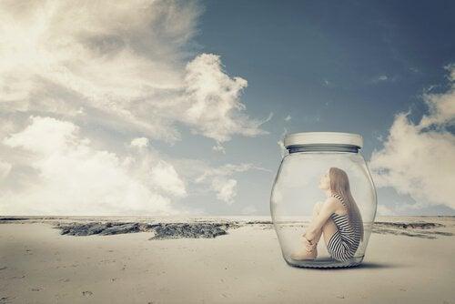 Mujer-encerrada-en-un-bote-en-la-playa