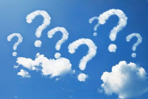Nubes-conforma-de-interrogaciones-en-un-cielo-azul