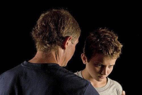 Padre-castigando-a-su-hijo